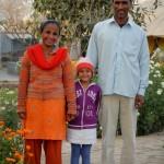 Die beiden Erwachsenen sind ehemalige Patienten, die nun im Sewa Ashram arbeiten. Ihre Tochter ist jeden Tag im Sewa Ashram unterwegs.