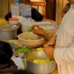 Praseeda (rechts) hilft bei der Vorbereitung des Abendessens.