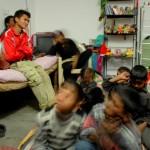 Die Teenager erfüllen eine wichtige Aufgabe, indem sie die wilden Kleinen beaufsichtigen.