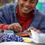 Die Herstellung von Schmuck ist eine Möglichkeit für unsere behinderten Langzeitbewohner, selbst etwas zu ihrem Lebensunterhalt beizutragen.