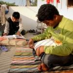 Natürlich gehören auch Hausaufgaben zur täglichen Routine. Hier sieht man Nitesh (links) und Samuel, wie sie sich auf dem Balkon auf ein Examen vorbereiten.