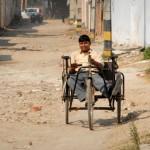 """Hier sieht man ein Dreirad, wie sie von vielen Straßenhändlern in Delhi benutzt werden. Das Gefährt stellt eine Möglichkeit dar, sich selbständig und finanziell unabhängig zu machen. Dieses Dreirad hat uns die indische Organisation """"Family of Disabled"""" gesponsort."""
