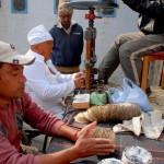 Fast jeden Tag arbeiten drei Mitarbeiter an der Formpresse, mit der aus folienbeschichtetem Papier Einweg-Schüsseln hergestellt werden. Diese werden im Lebensmittelhandel benutzt.
