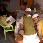 Diese Kinder erhalten täglichen Unterricht in unserem Lernzentrum. Sie kommen aus unterschiedlichen religiösen Traditionen, darunter Moslems, Sikhs, Christen und Hindus.