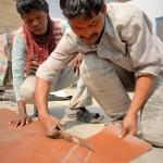 Hier wird Stoff für die Herstellung neuer Matratzenbezüge zugeschnitten.
